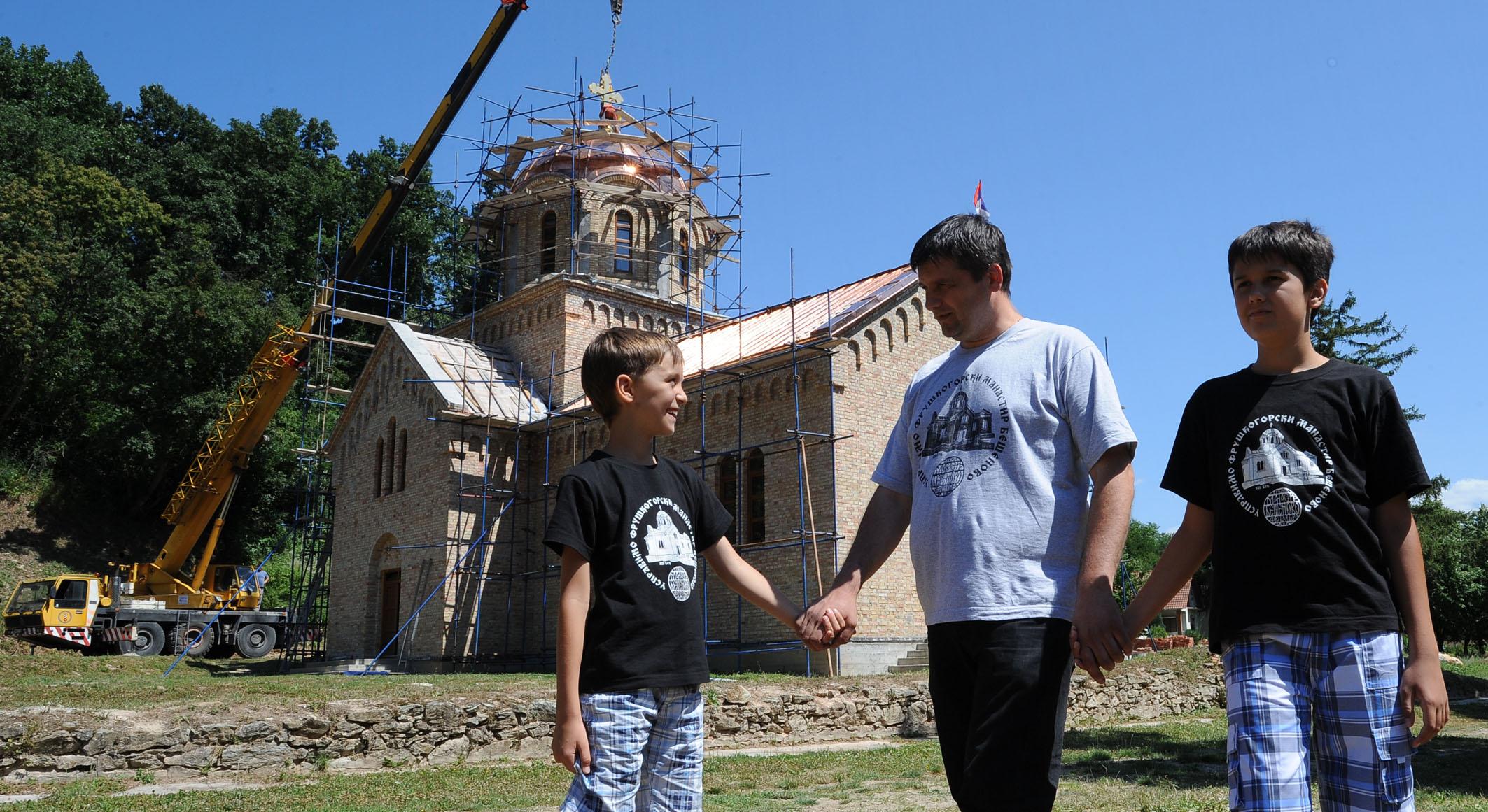 Подизање крста на храм Манастира Бешеново