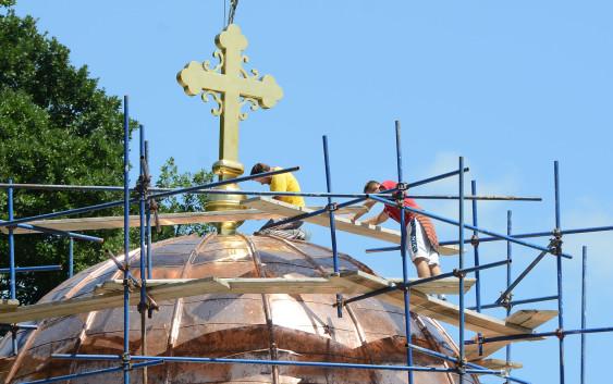 Подизање крста на куполу храма. 10.07.2015. Фото Дарко Дозет