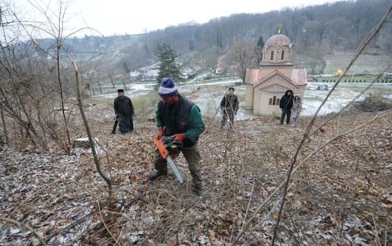 Чишћење земљишта око манастира