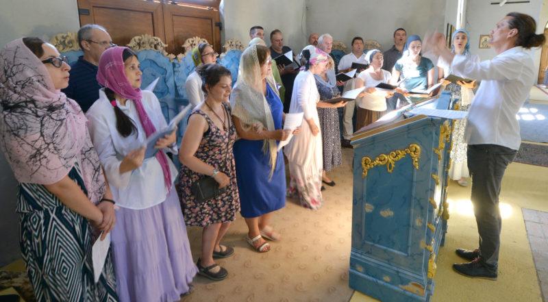 Хор Свети краљ Милутин за појницом Манастира Бешеново